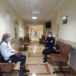 W oczekiwaniu na cytologię - korytarz przed gabinetem, dwie pacjentki