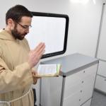 Mobilny gabinet cytologiczny został poświęcony przez brata Łukasza – kapelana ŚCO