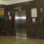 Dwie nowe windy w holu R1 już działają